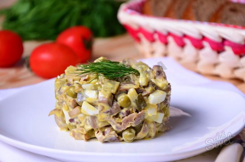 Салат из курицы и шампиньонов и горошка