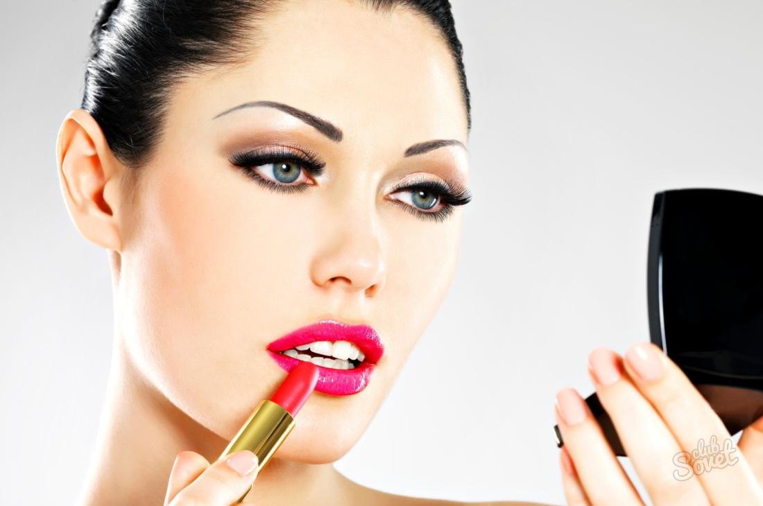 Девушка красит губы фото