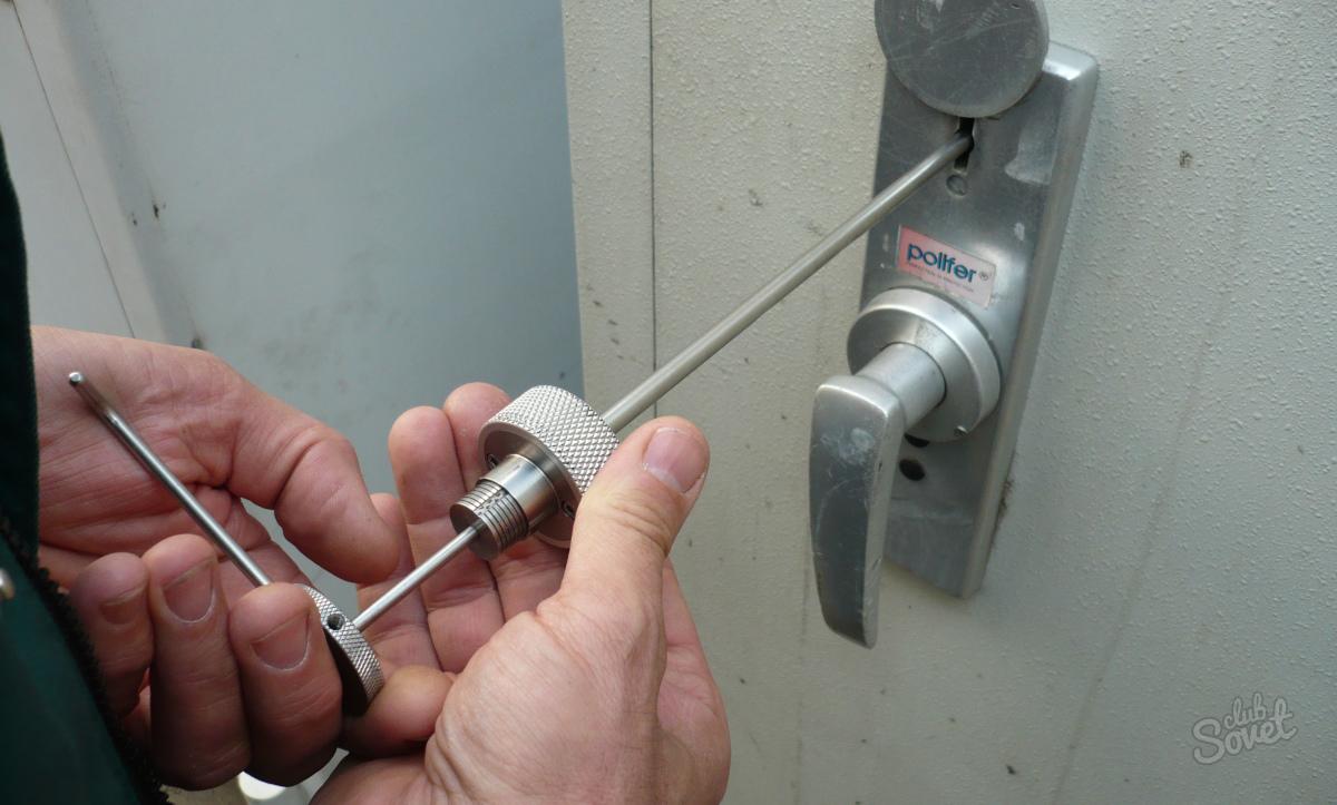 Что делать, если заклинило замок в металлической двери.