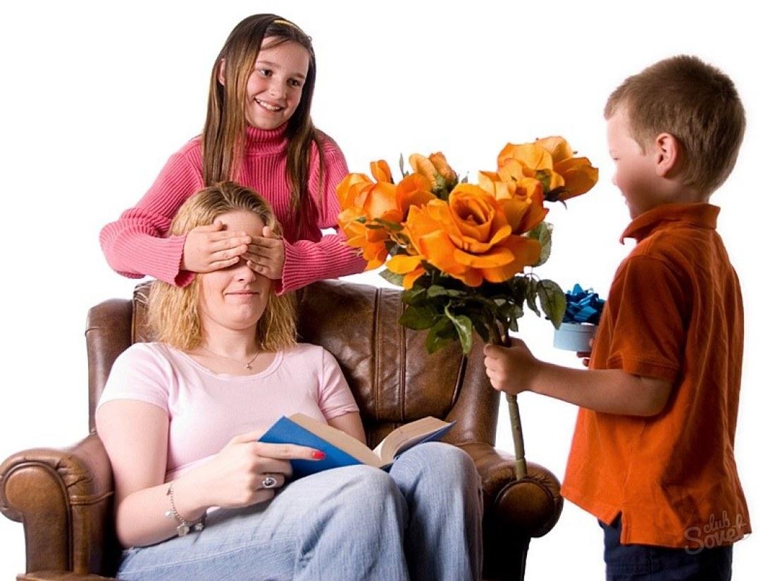 Дети дарят подарки маме картинки